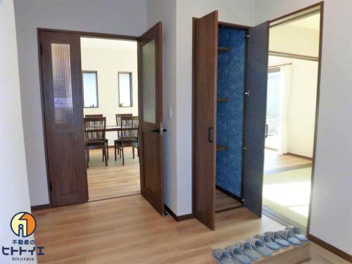玄関の収納は可動式なので、掃除用具や工具箱入れにも◎