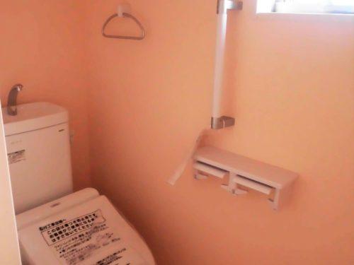 【トイレ】トイレには手摺とタオル掛けがついています☆