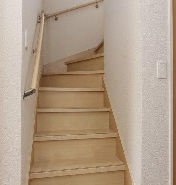 【手すり】階段には安全に配慮して手すりがついています。(内装)